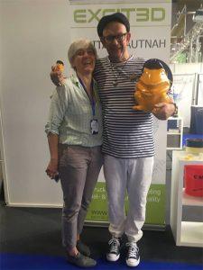 Stefan Seeger mit Katrin Burkatzki (Geschäftsführerin EXCIT3D GmbH) auf der Solingenmesse 2018 mit dem Frosch der Solinger Kadetten